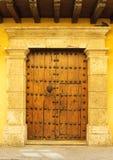 Portelli di costruzione coloniale a Cartagine, Colombia fotografia stock libera da diritti