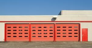 Portelli rossi del garage Fotografie Stock