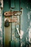 Portello con la serratura arrugginita Fotografia Stock