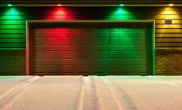 Portello del garage e strada privata Multi-Colored dello Snowy Fotografie Stock
