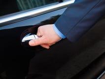 Portello delle limousine di apertura della mano immagine stock