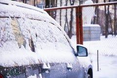 Portello di automobile congelato Inverno freddo dell'automobile Fondo immagine stock libera da diritti