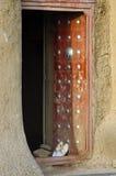 Portello di entrata alla moschea 2 del fango di Djenne Fotografie Stock Libere da Diritti