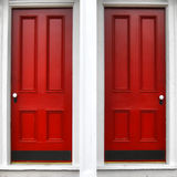 Portello di entrata di legno rosso gemellare del comitato sulla casa storica Immagine Stock Libera da Diritti
