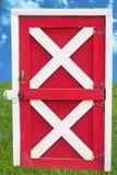Portello di granaio sul cielo e sull'erba Fotografie Stock Libere da Diritti