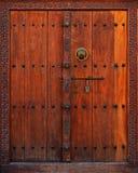 Portello di legno con il blocco per grafici intagliato Fotografie Stock Libere da Diritti