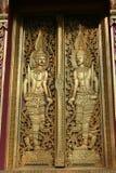 Portello di legno con oro nel tempiale tailandese Immagine Stock Libera da Diritti