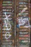 Portello di legno dei graffiti Immagine Stock