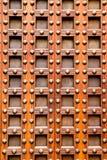 Portello di legno del castello antico della chiesa con i chiodi Fotografie Stock Libere da Diritti