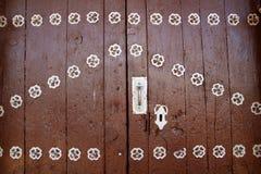 Portello di legno di Anciend con la decorazione dell'argento del metallo Immagine Stock