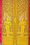 Portello di legno di arte tailandese di Gloden Fotografia Stock