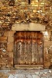 Portello di legno invecchiato in massoneria medioevale Pyrenees Fotografia Stock Libera da Diritti