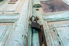 Portello di legno vecchio Locked immagini stock libere da diritti