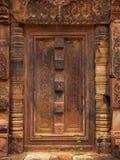 Portello di pietra in tempiale di Banteay Srei vicino a Angkor Wat. fotografia stock libera da diritti