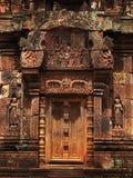 Portello di pietra in tempiale di Banteay Srei vicino a Angkor Wat. fotografie stock