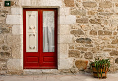 Portello di una casa di pietra e di un flowerpot, Spagna fotografia stock libera da diritti