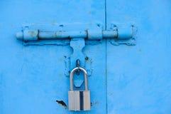 Portello e serratura blu Fotografia Stock