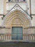 Portello e tympanum della cattedrale. Immagini Stock