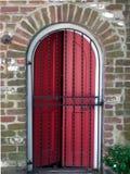 Portello rosso dietro il cancello del ferro Fotografie Stock Libere da Diritti