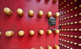 Portello rosso tipico del palazzo cinese Immagini Stock