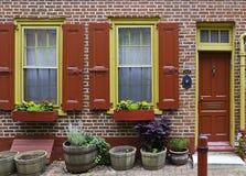 Portello rosso variopinto e muro di mattoni Fotografia Stock