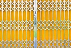 Portello scorrevole della griglia del metallo giallo con la serratura di cuscinetto Fotografia Stock Libera da Diritti