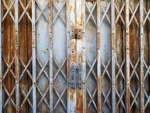 Portello scorrevole piegante dell'acciaio rustico fotografie stock libere da diritti