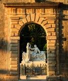 Porten av den Groblje Hrvatskih braniteljakyrkogården exponerad av inställningssolen arkivbild