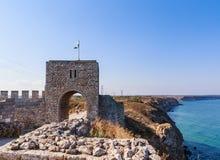 Porten av den medeltida fästningen av Kaliakra tjuren royaltyfri fotografi