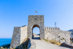 Porten av den medeltida fästningen av Kaliakra tjuren royaltyfri bild