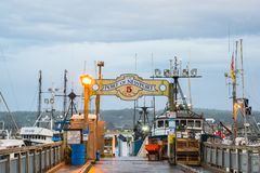 Porten av den Newport Oregon skeppsdockan och tecknet royaltyfri foto