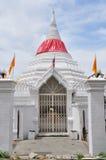 Porten av den vita thailändska pagoden på Nonthaburi, Thailand. Royaltyfri Fotografi