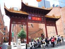 Porten av kineskvarteret i Melbourne med många turister arkivfoton