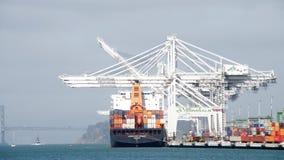 Porten av Oakland, den femte mest upptagna behållareporten i USA Arkivbilder