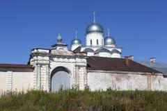 Porten av staketet Holy Monastery av St George Velikiy Novgorod Ryssland Royaltyfria Bilder