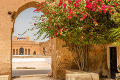 Porten fördärvar in av slott för El Badi i Marrakesh, Marocko Arkivbilder