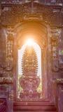 Porten i den Pura Besakih Temple templet med det hinduiska altaret i solljus blossar fotografering för bildbyråer