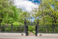Porten i sommarträdgårdarna i Kronstadt, Ryssland royaltyfria bilder