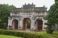 Porten till citadellen av den imperialistiska staden i ton, Vietnam royaltyfri fotografi