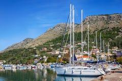 Porten, yachten på havet Royaltyfria Bilder