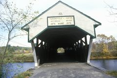 Porter Covered Bridge som byggs i 1876 i Parsonfield, Maine Royaltyfri Foto