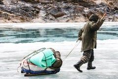 Porter Crossing Frozen Zanskar River Chadar trek Arkivfoto