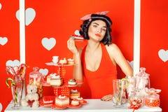 Porter PinUp-Mädchen, das einen Kuchen hält lizenzfreie stockfotografie