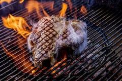 Porterhouselapje vlees op de steenkolen royalty-vrije stock foto