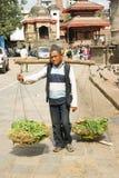 Porterman die op de straat loopt Royalty-vrije Stock Foto's