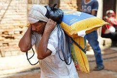 Porterman die op de straat loopt Royalty-vrije Stock Fotografie