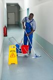 Portero de sexo masculino Cleaning Floor Fotos de archivo libres de regalías