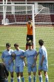 Portero del fútbol que coloca la pared para un ki libre Foto de archivo libre de regalías