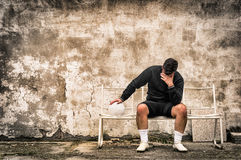 Portero del fútbol del fútbol que siente desesperado después de fracaso del deporte Fotos de archivo