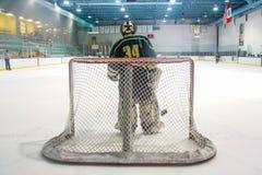 Portero del hockey que espera una cierta acción Imagen de archivo libre de regalías